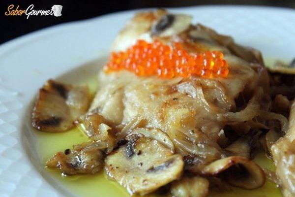 merluza-salsa-vino-champiñones
