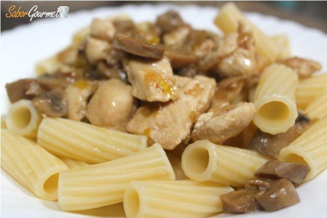 pasta con pollo y champiñones