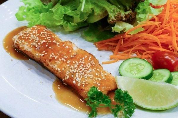 Pescado acompanado de verduras salteadas salsa de soja