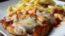 Schnitzel o escalope con salsa barbacoa, bacon y queso