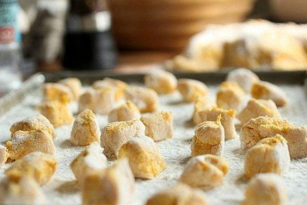 receta-vegetariana-para-navidad-noquis-de-calabaza-con-salsa-carbonara-elaboracion-de-los-noquis