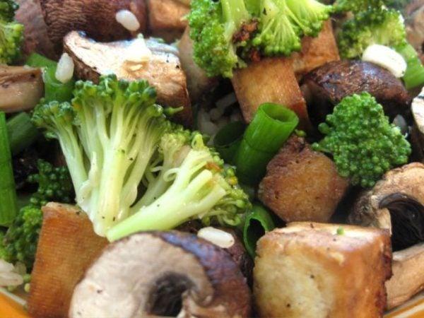 recetas-vegetarianas-con-tofu-ensalada-con-champiñones-y-tofu