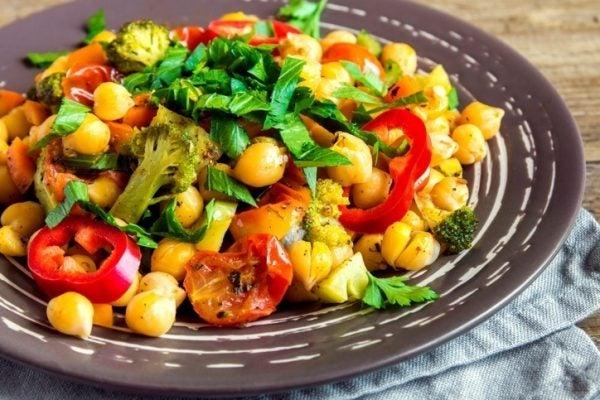 Salteado de verduras con curry y con pasas garbanzos