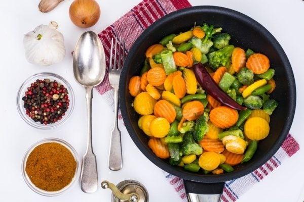 Salteado de verduras con curry y con pasas sabor fuerte
