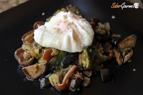 salteado-verduras-huevo-escalfado