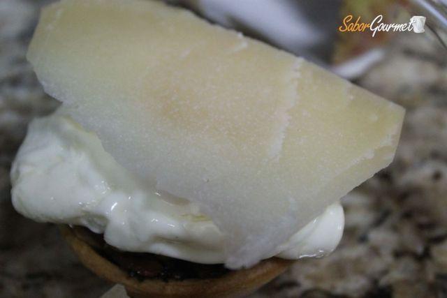 un barja con pisto queso